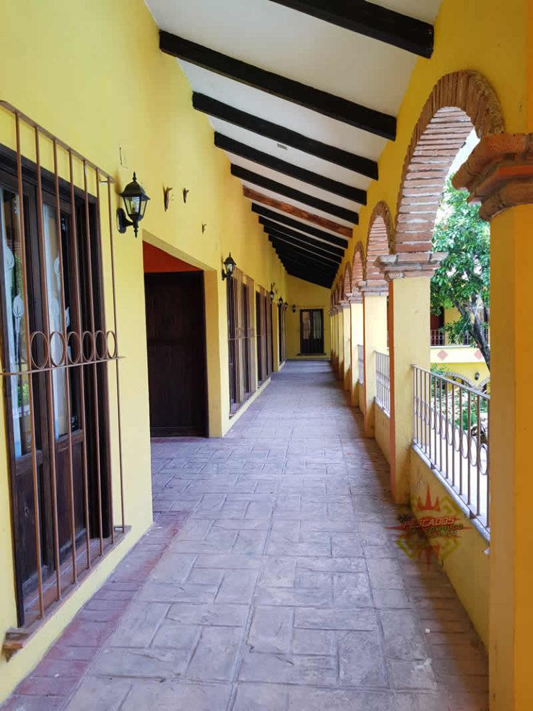 Imagen del exterior del hotel colonial en Jalcomulco, Veracruz