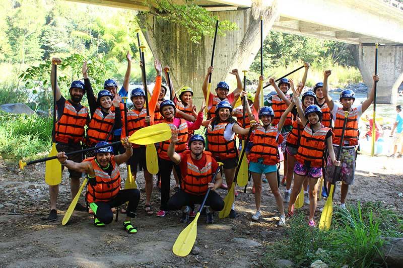 Viajeros antes de iniciar el rafting